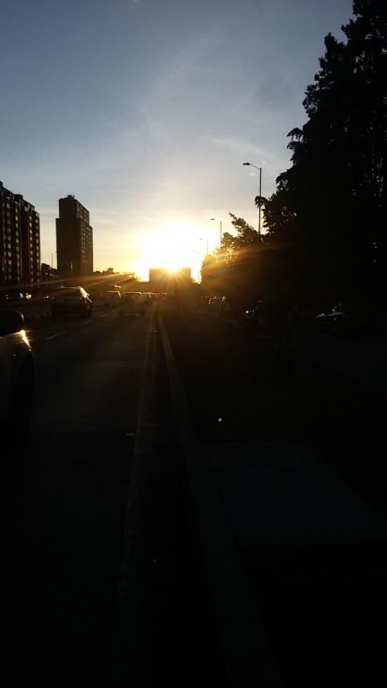 """""""La espera"""" Los últimos rallos de luz del Día para Para seguir lidiando con los infinitos trancones de Bogotá. Enviada vía correo x Alejandro Quintana"""